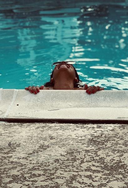 Ragazza che ride durante festa in piscina